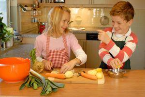 Дітки разом готують на кухні